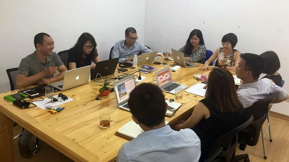 Phòng marketing thuê ngoài đang xây dựng chiến lược Marketing cho khách hàng dưới sự hướng dẫn từ chuyên gia Huy Minh và chuyên gia Đặng Thanh Vân