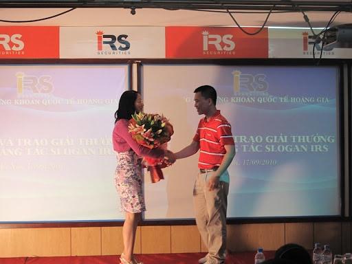 ông Nguyễn Trọng Tuấn, Phó chủ tịch HĐQT kiêm Tổng Giám đốc của IRS tặng hoa cho ThS. Đặng Thanh Vân