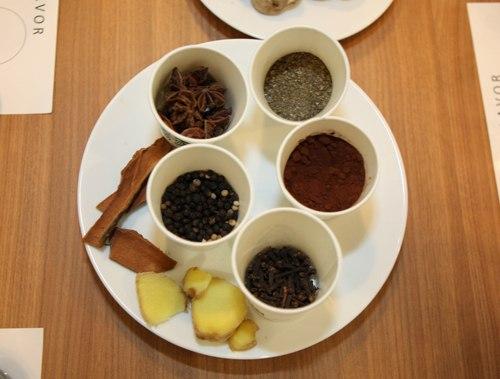 """Starbucks sử dụng rất nhiều các hương liệu tự nhiên như: hoa hồi, quế, gừng, tiêu, cacao, cam, chanh, húng quế.. liệu có phải là phong cách phù hợp với dân tộc """"gia vị"""" như Việt Nam?"""