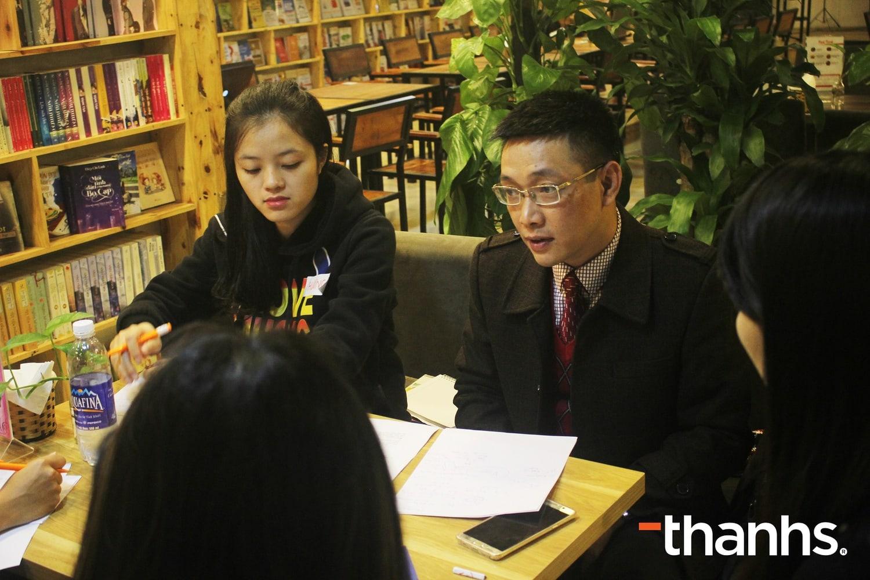Ông Quang Minh đang tư vấn cho doanh nghiệp khởi nghiệp của dự án Startup Branding