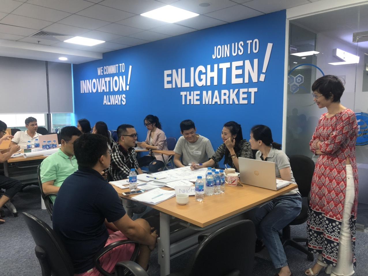 Dưới sự hướng dẫn của Chuyên gia Đặng Thanh Vân, các nhóm học tập của Fiin Group hăng say thảo luận về Sologan