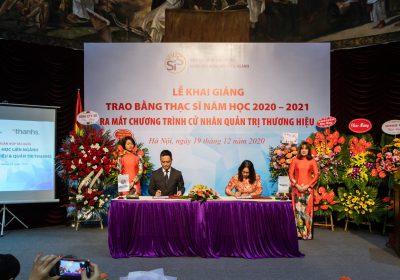 Tổng giám đốc công ty - bà Đặng Thanh Thảo đã đại diện Thanhs tham dự lễ kí kết hợp tác đào tạo và việc làm với Khoa