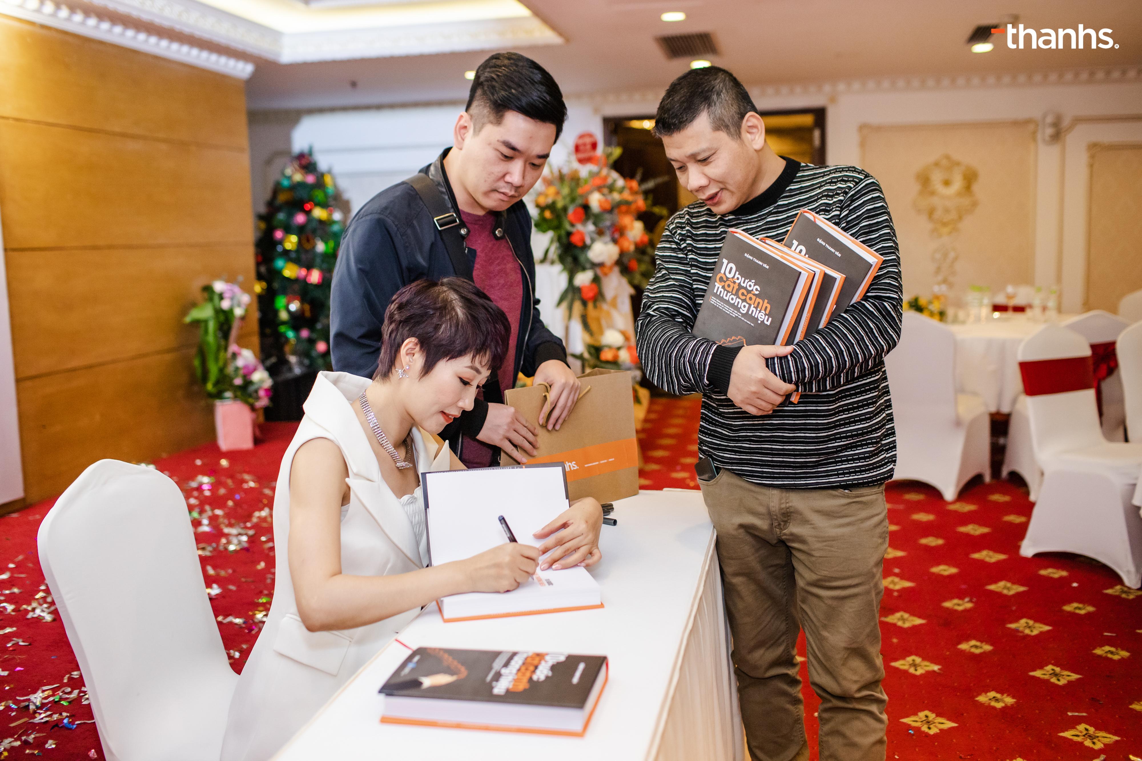 Ông Tuấn Hà và ông Mai Xuân Đạt đang đợi xin chữ kí của Tác giả Đặng Thanh Vân tại sự kiện